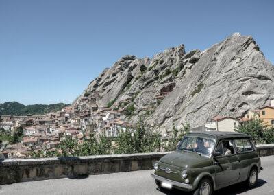 Pietrapertosa, panorama con auto d'epoca